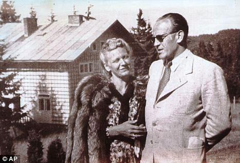 Oskar Schindler neben seiner Frau_Er rettete über 1000 Juden das Leben