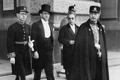 Zweiter von rechts_Abdolhoseyn Sardâri