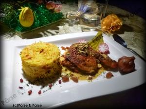 Curry Huhn mit Pistazienhäubchen an Madras Curry Spiegelmit Rosinen und Berberitzen Reis