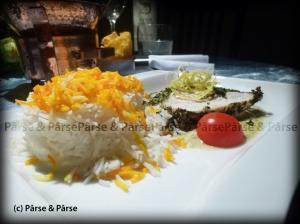Putenbrust im Bochshornkleemantel auf gruenem Curry Spiegel an Basmatireis mit Safranhäubchen
