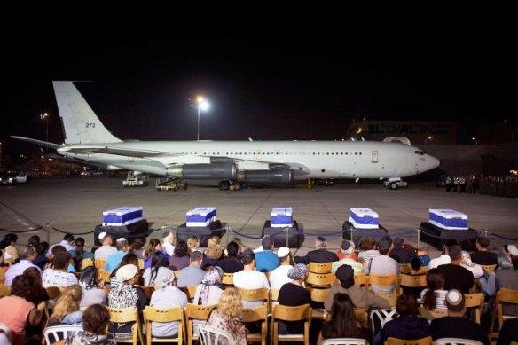 Die Särge von Itzik Colangi, Amir Menashe, Maor Harush, Elior Preis und Kochava Shriki, die bei einem Anschlag in Bulgarien getötet wurden, während einer Zeremonie am Ben Gurion International Airport nahe Tel Aviv am 20. Juli 2012
