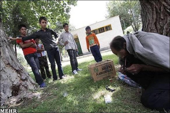 Drogenkonsum vor Kindern in einem Park in Teheran