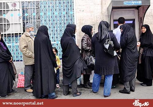 eine Schlange vor Geldautomaten in Teheran