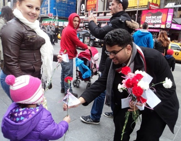 Muslimische Studenten aus Saudi-Arabien in New York City verschenken Rosen-Foto_Jihad Watch
