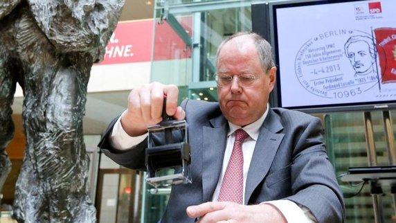 nbr-ck-geht-stempeln-SPD-Kanzlerkandidat-Peer-Steinbr-ck-stempelt-die-Sonderbriefmarke-der-Deutschen-Post-zum-150_-Jubil-um-der-SPD-ab_-Foto-Kay-Nietfeld