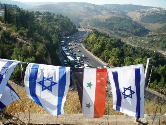 Israel und Syrien Flaggen entlang der Schnellstraße 1 nach Jerusalem