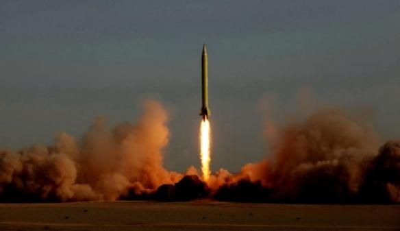 Foto: AFP Ein Bild vom 28. Juni 2011, die ballistische Rakete Ghadr, die veränderte Version der Shahab 3, die während iranischen Militärmanövern gestartet wurde.