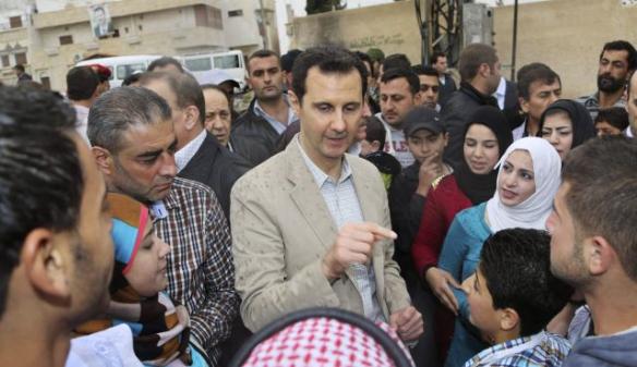 Foto: Reuters Der syrische Präsident Baschar al-Assad im Gespräch mit Menschen, bei seinem Besuch in Ein al- Tinah, im Nordosten von Damaskus  am 20. April 2014.
