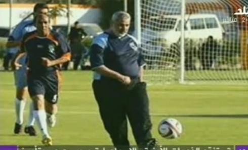 Ismail Haniyeh, en el campo de fútbol
