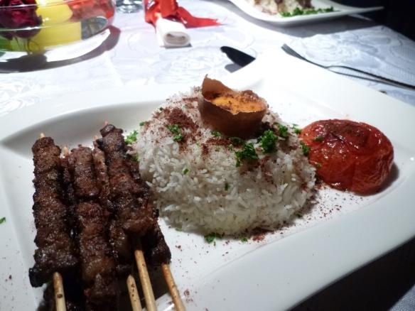 Marinierte persische Lammspiesschen vom Grill mit Grilltomate und Basmatireis 1