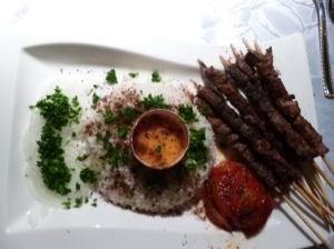 Marinierte persische Lammspiesschen vom Grill mit Grilltomate und Basmatireis 2