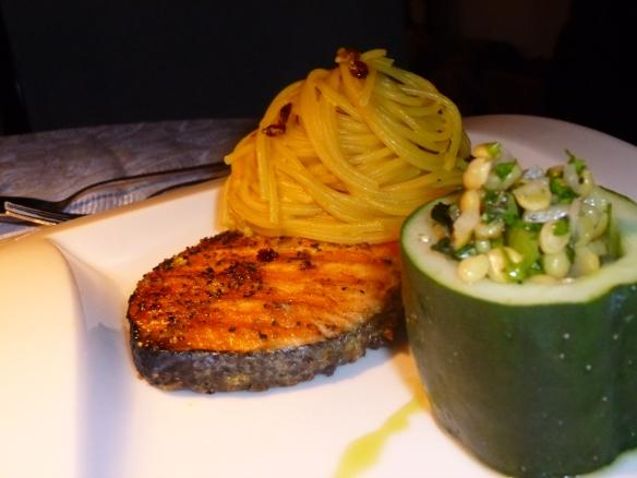 Gegrilltes Lachsfilet mit Zitronenpfeffer an Safran-Sahne-Berberitzen-Reshteh  und persischen Kichererbsen-Salat mit Sultaninen2