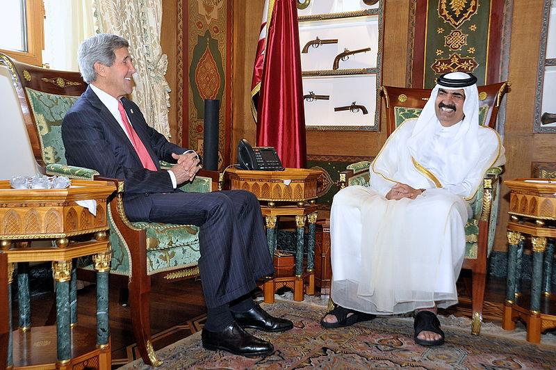 Fuente: Wikipedia.org John Kerry y Amir Hamad bin Khalifa al Thani