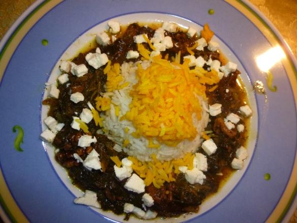 Kalbsragout in grüner Salatblattsauce mit Pflaumen und Walnuss an Basmati-Reis mit Safranhäubchen 1