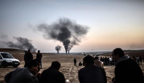Bildquelle: AFP  Menschen die machtlos zusehen, wie Rauch von der Stadt Kobani, am 26. Oktober 2014 aufsteigt.