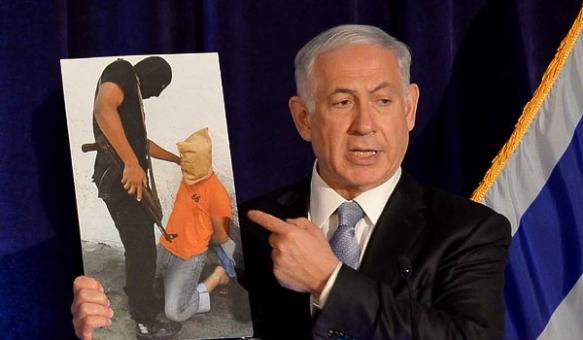 Ministerpräsident Netanjahu hält ein Bild einer Hinrichtung in Gaza, die durch Hamas ausgeführt wurde, um Palästinenser einzuschüchtern_Foto ©Avi Ohayon
