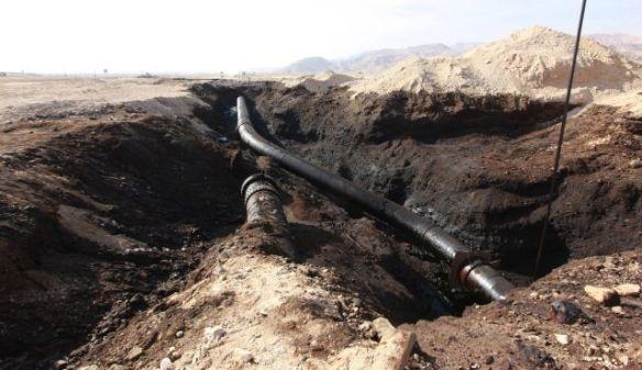 Foto von Eliyahu Hershkovitz Ölpest im Evrona Natur Reservat. Die Eilat-Ashkelon Pipeline Company ist vor kurzem nach einer Ölpest im Süden Israels in den Schlagzeilen gewesen. Sie ist auch an einem lang andauernden Schiedsgerichtsverfahren mit dem Iran über die gekappte Geschäftsbeziehung beteiligt.