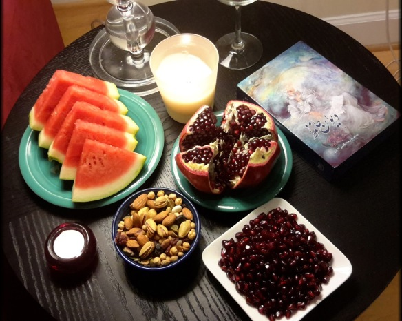Šabe Yaldâ Tisch:Kerze, Wein, Âjil (Pistazie & Co.), Granatapfel, Wassermelone und vor allem der Diwan des Hâfez.