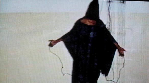 Symbol der US-Folter: Dieses Bild eines irakischen Gefangenen in Abu Ghraib ging um die Welt. (Foto: picture alliance / dpa)