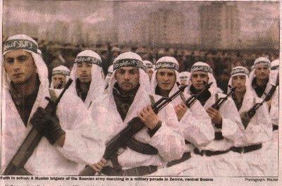 """Bildquelle: 4International Alija Izetbegovics 10.000 Mann starke islamistische """"El Mujahedin Einheit"""" bei einer Parade in Zenica, Bosnien mit grünen islamischen Stirnbändern mit der arabischen Aufschift  """"Unser Weg ist der Jihad"""""""