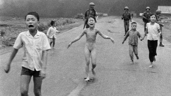 Bildquelle: AP Feuer-Inferno, das am 8. Juni 1972 über dem kleinen vietnamesischen Dorf Trang Bang niederging.Die kleine Phan Thi Kim Phuc (damals 9) rennt nackt die Nationalstraße 1 entlang. Ihre brennenden Kleider hatte sie sich vom Leib gerissen. In ihrem Gesicht: Panik, Schmerz.