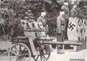 """Bildquelle: Aus einem Artikel des Emperor`s Clothes mit dem Titel: """"Himmler was their Defender! The Handzar Division Lives On In Bosnia"""" Bosnische Muslime der 13. Waffen-SS Handzar der freiwilligen Abteilung"""