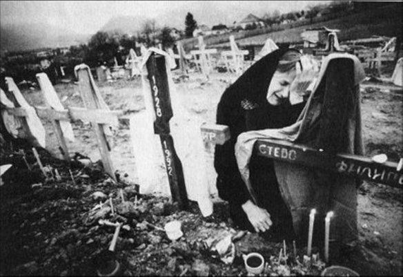 Serbische Mutter beweint ihre Lieben die von dem bosnischen Moslem Naser Orić ermordet wurden