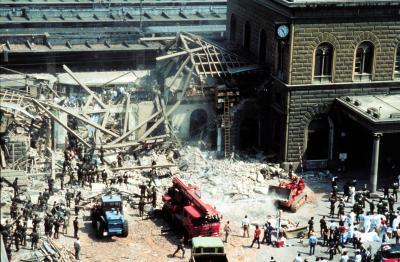 Bildquelle. Wikipedia Zerstörter Hauptbahnhof von Bologna nach dem Bombenanschlag 1980, bei dem 85 Menschen starben