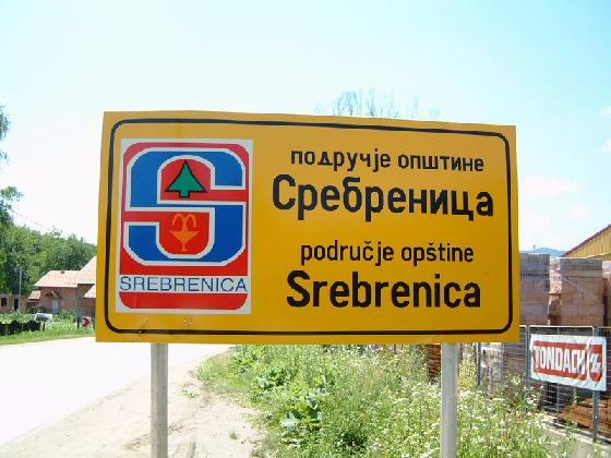 Bildquelle: hstelsrebrenica.com Ortsschild Srebrenica
