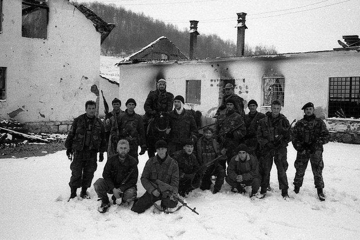 Foto 2: moslemische Kämpfer vor dem zerstörten serbischen Dorf Kravica