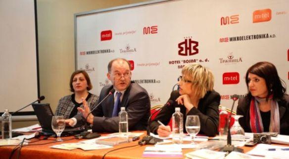 Ist wenigstens teilweise objektiv: Mirsad Tokača, zweiter von links
