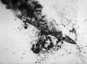 Bildquelle: Wikipedia Iranische Fregatte Sahand, attackiert durch Flugzeuge der US Navy.