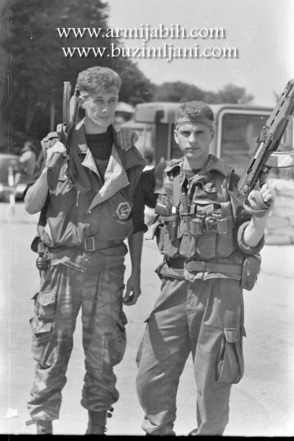 Muslimische Soldaten, von denen viele Stirnbänder tragen