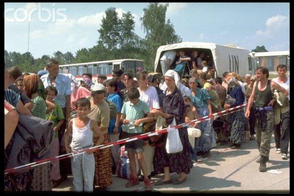 'Tuzla am 17.08.1995: Flüchtlinge aus Srebrenica treffen ein'.