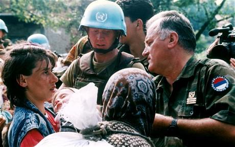 Ratko Mladić zwischen UN-Soldaten und muslimischen Flüchtlingen
