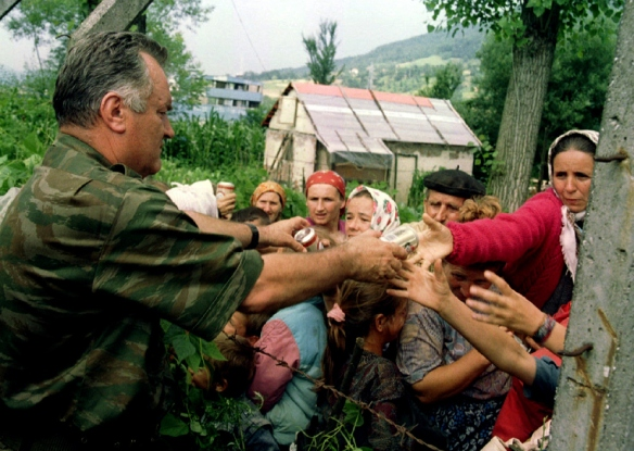 General Ratko Mladić verteilt in Srebrenica Lebensmittel an muslimische Zivilisten