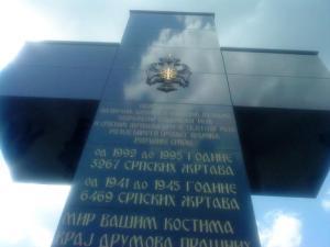 Foto: Denkmal bei Kravica für die serbischen Opfer aus der Region Birač im 2. Weltkrieg (6469 Menschen) und im jüngsten Bosnienkrieg (3267 Menschen)