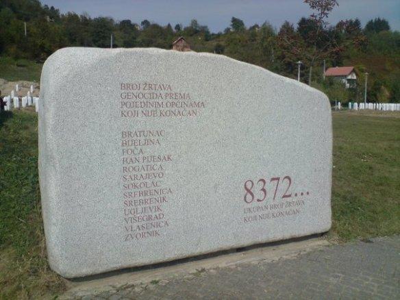 Eingravierte Propagandazahl: der Gedenkstein in Potočari