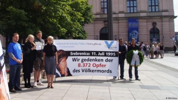 Mitglieder der GfbV: verbreiten falsche Zahlen über die Toten von Srebrenica