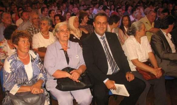 Bereichert sich an den Lügen über Srebrenica. Munira Subašić, Präsidentin der Vereinigung Mütter Srebrenicas ( zweite von links auf dem Foto)