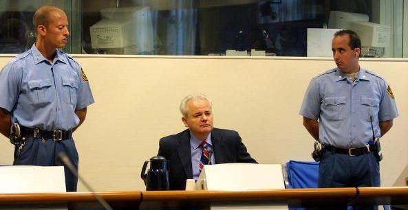 Slobodan Miloševic: hatte offensichtlich nichts zu verbergen und lieferte Drazen Erdemović nach Den Haag aus