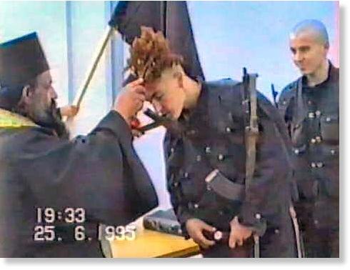 In einer Szene des Videos ist als Datum der 25.06.1995 angegeben. Was soll die Szene demnach mit dem Fall Srebrenicas zu tun haben?