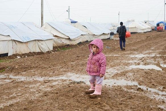 Bildquelle: Human Rights Watch Yezidisches Mädchen nach heftigem Regen im Arbat Camp für Vertriebene