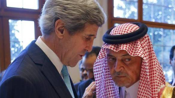 """Bildquelle: AP Der saudische Außenminister Prinz Saud al-Faisal, beim """"mauscheln"""" mit dem US Außenminister John Kerry"""