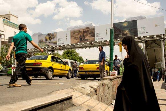 Bildquelle: Arash Khamooshi Eine Fußgängerbrücke in Tajrish Platz in Tehrân, die Gemälde von iranischen Künstlern