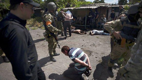 Bildquelle: REUTERS/Osman   Karimov Eine »Asow«-Einheit terrorisiert am 13. Juni 2014 die Bevölkerung in der ostukrainischen Stadt Mariupol