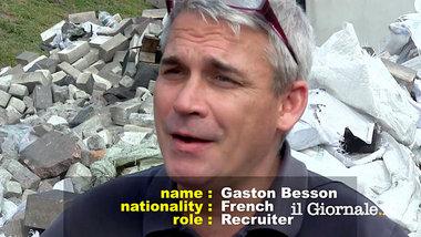 Bildquelle: Junge Welt Das Arschloch auf dem Bild, der wie ein Happy Lappy aussieht, ist der Franzose Gaston Besson, er mordete schon  in Birma, Surinam, Laos, Kambodscha, Bosnien  und ist nun in der Ukraine am Werk