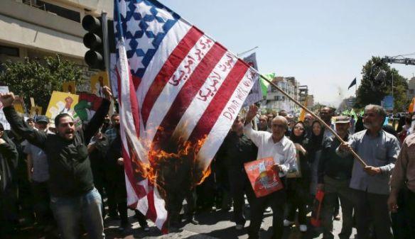 Bildquelle: AP Iranische Demonstanten verbrennen eine US-Flagge mit der Aufschrift