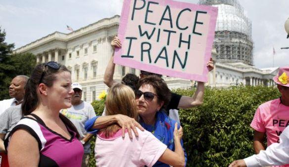 Bildquelle: Reuters Jüdische Rep. Jan Schakowsky (D-IL) umarmt einen pro-Iran Aktivisten in Washington DC und beschaffte mehr als 400.000 Unterschriften zur Unterstützung des Iran Atomabkommens, am 29. Juli 2015