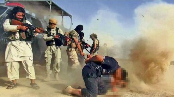 Bildquelle bild.de ISIS-Kämpfer exekutieren angeblich irakische Soldaten per Kopfschuss. Seltsam ist nur, dass niemand militärische Uniform trägt, sondern zivile Kleidung??